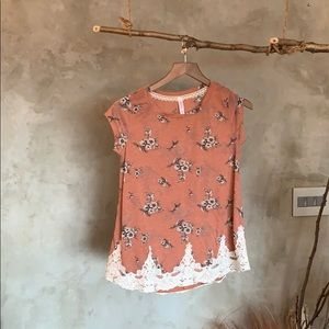 Xhilaration T- shirt floral print and lace detail